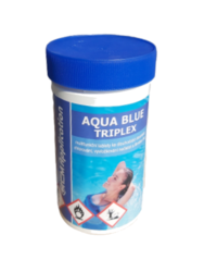 Aqua Blue Triplex Multifunkční tablety pro úpravu bazénové vody 1 kg-Aqua Blue Triplex 1kg - Multifunkční tablety ke dlouhodobé dezinfekci bazénové vody. Pomalu beze zbytku se rozpouštějící multifunkční tablety s cca. 80% aktivního chloru. Vhodné pro průběžné, dlouhodobé a komplexní ošetřování bazénové vody, zahrnující dezsinfekci chlorováním, vyvločkování nečistot a ničení a zabránění růstu řas.