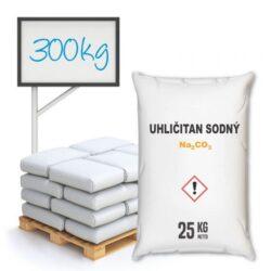 Uhličitan sodný, kalcinovaná soda 300 kg-Specifikace Druh obalu: Pytel Obsah: 25 kg Hromadné balení: Polopaleta 12 pytlů, 40 pytlů paleta pH: 11.5 Reakce: Lehce alkalický  Práškový lehký uhličitan sodný (Na2CO3) 25 kg - kalcinovaná soda, lidově rovněž prášková prací soda. Používá se v průmyslu pro výrobu skla, papíru a v chemických syntézách, tak i v domácnosti. Změkčuje vodu, neutralizuje pachy a pohlcuje vlhkost, odstraňuje nejúpornější skvrny (mazadla, vosk, líčidla, saze, víno, kávu atd.). Zvyšuje prací účinnost.  Uhličitan sodný je dostupný v balení: 25 kg - ekonomické balení 300 kg 1000 kg