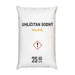 Uhličitan sodný, kalcinovaná soda 25 kg-Práškový lehký uhličitan sodný (Na2CO3) 25 kg - kalcinovaná soda, lidově rovněž prášková prací soda. Používá se v průmyslu pro výrobu skla, papíru a v chemických syntézách, tak i v domácnosti. Změkčuje vodu, neutralizuje pachy a pohlcuje vlhkost, odstraňuje nejúpornější skvrny (mazadla, vosk, líčidla, saze, víno, kávu atd.). Zvyšuje prací účinnost.  Uhličitan sodný je dostupný v balení: 4 kg kbelík 25 kg pytel 300 kg na polopaletě 1000 kg paleta